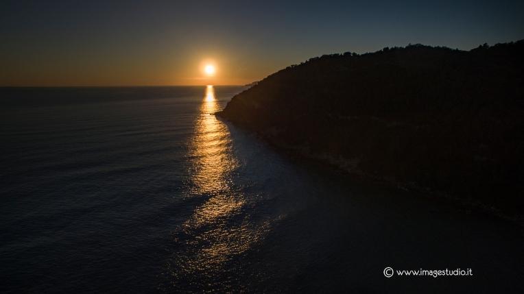 Spiaggia sassolini tramonto PH